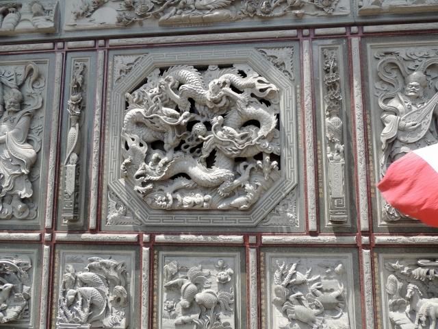 N7999お寺の壁に