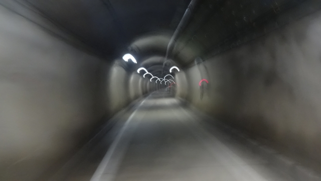 トンネル内は意外に明るい