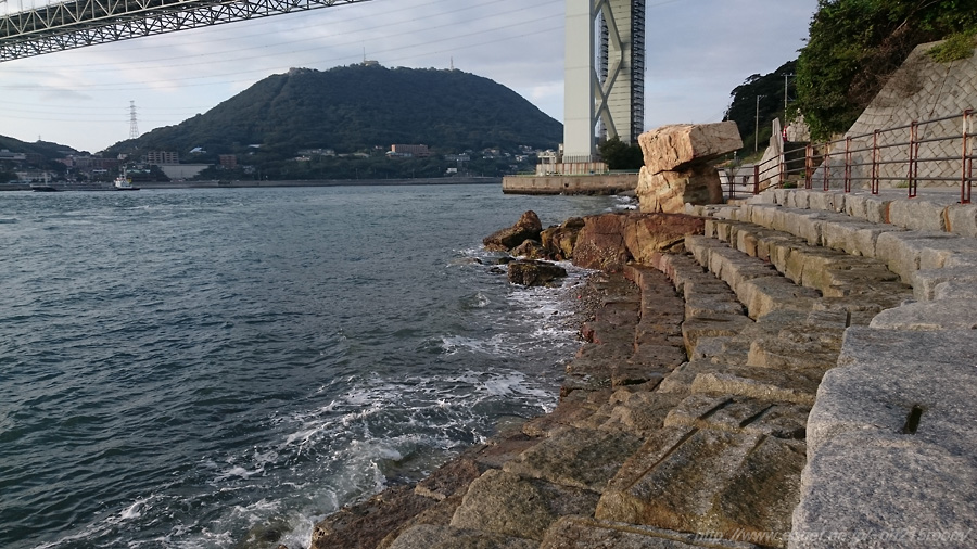 関門海峡の波打ち際