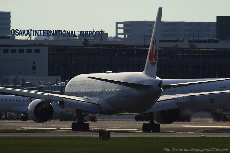JAL B777-289 / JA008D@RWY14Rエンド・猪名川土手
