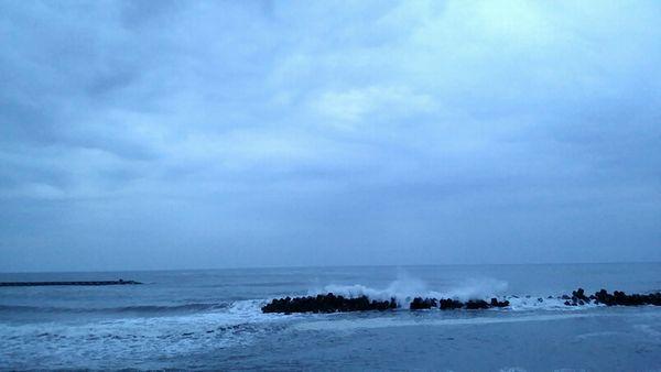 春なのに冬の修業のような海