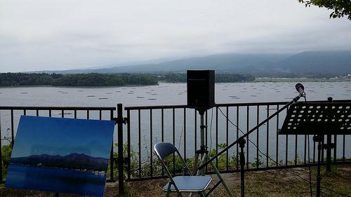 加茂湖をバックにステージ組んで頂きました