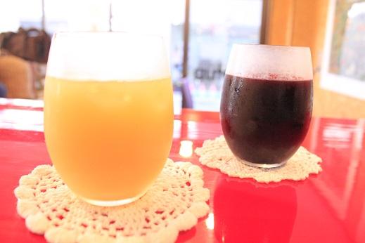 赤ワインのようなブドウジュースと葉とらずりんごのリンゴジュース