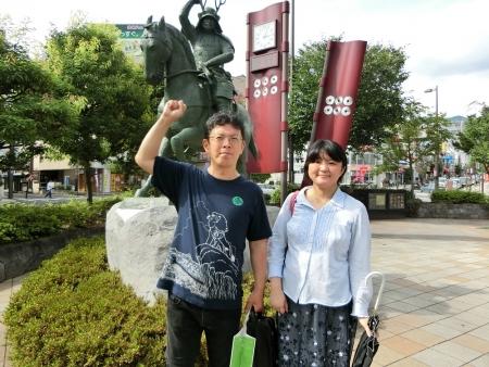 上田駅前の真田幸村像の前で
