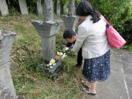 手塚光盛の墓に献花