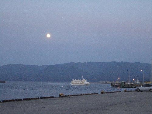 満月の両津港