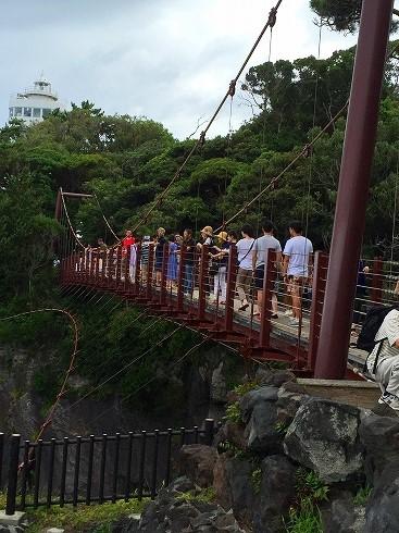 つり橋は満員