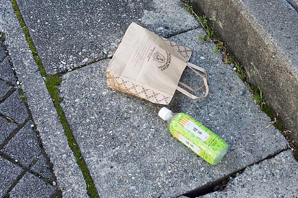 紙袋と緑茶ペットボトル