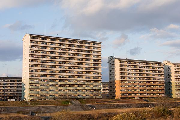 矢田川河川敷沿いの住宅風景