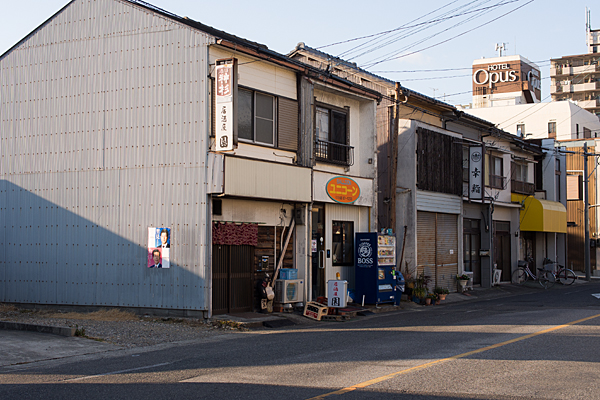 旧街道沿いに並ぶ飲食店