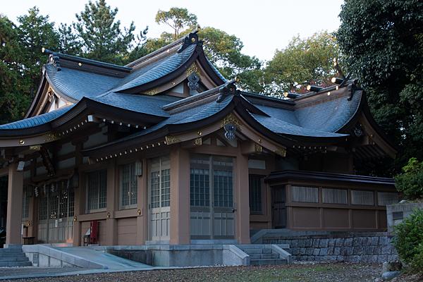 拝殿と本殿の全景