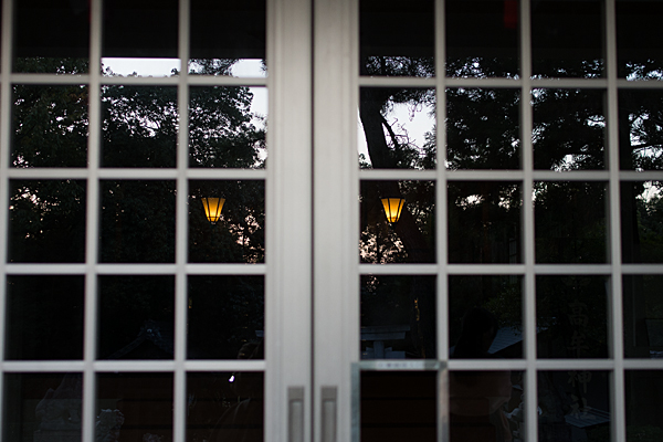 拝殿のガラスの映り込み
