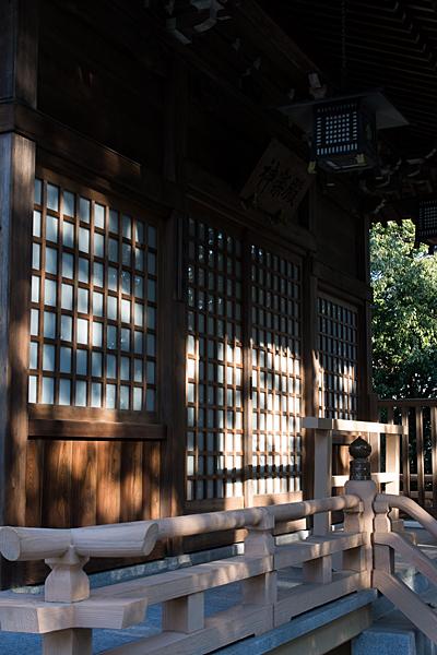 拝殿に当たる光と影