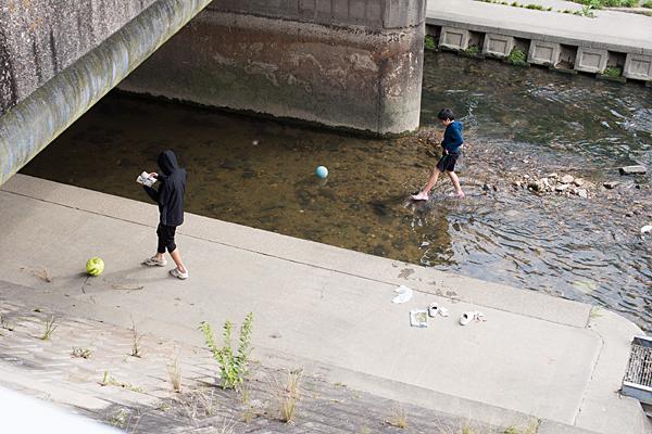 川遊びの子供たち