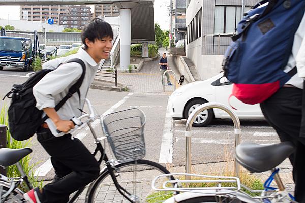 自転車で下校中の高校生