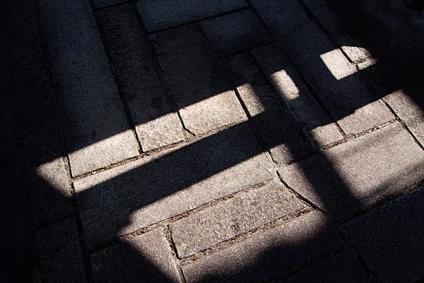石畳の光と影