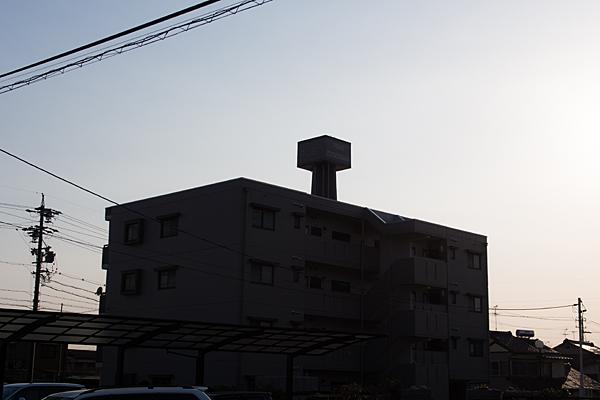 住宅と配水塔