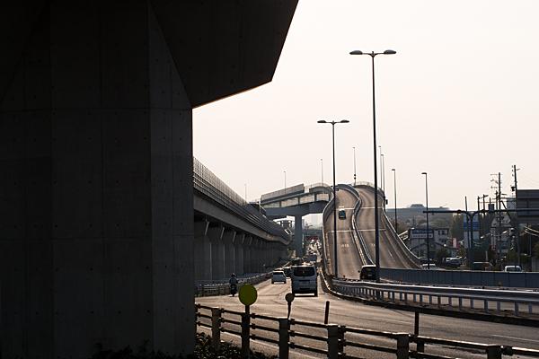 リニモと道路の高架