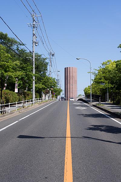 道路の向こうの高い建物