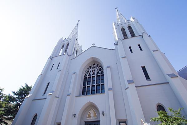 布池カトリック教会を見上げる