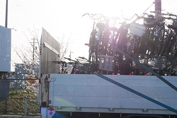 トラックの荷台に積まれた自転車