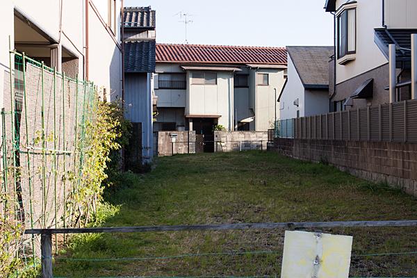 家と家との間の空き地