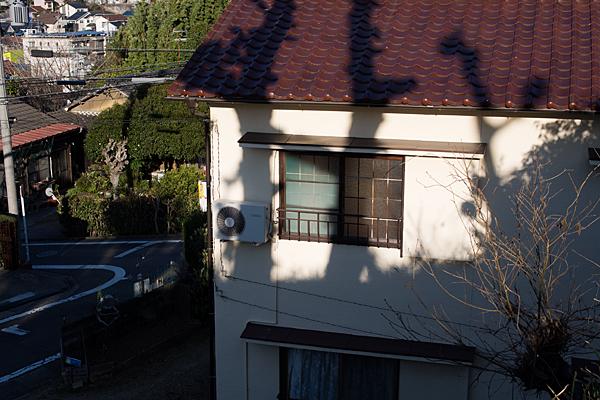 アパートの二階に落ちる影