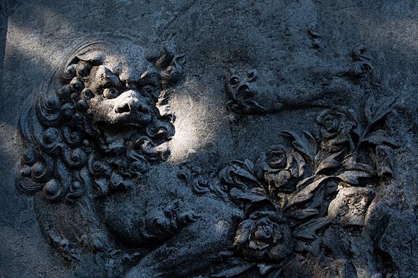 彫り物の獅子