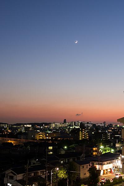 東山方面の夕景と上弦の月