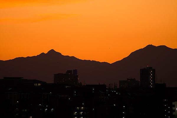 山のシルエットと夕焼け空