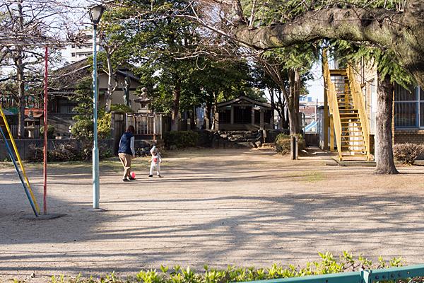 公園の中にある秋葉社