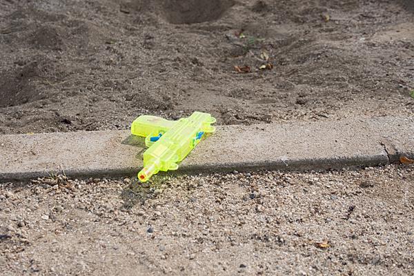 砂場に忘れられた水鉄砲