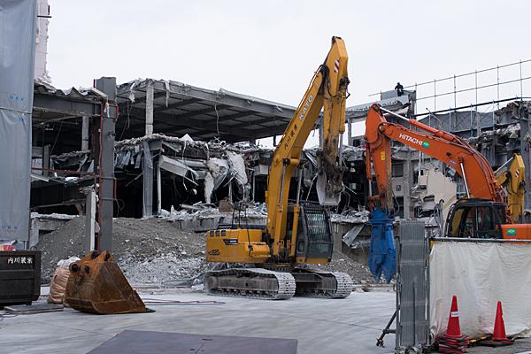 解体中のビルと重機