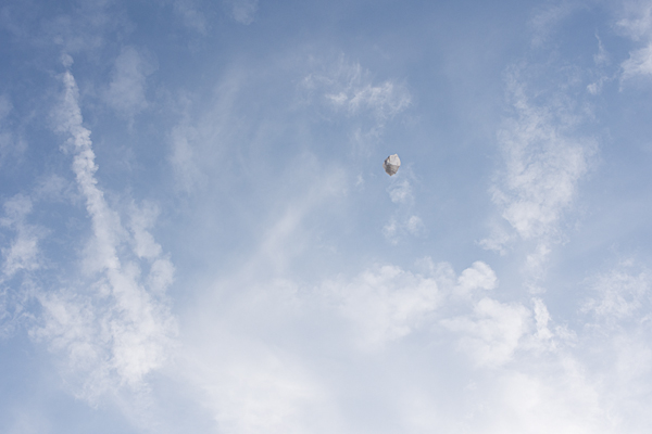 空に浮かぶビニール袋