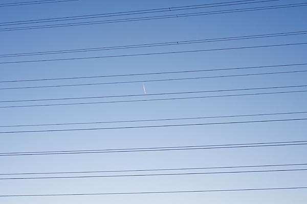 電線と短い飛行機雲