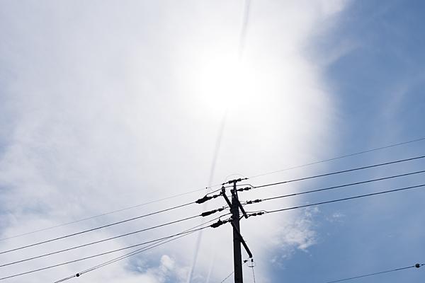 電柱と飛行機雲