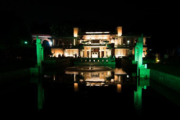 夜ライトアップされた帝国ホテル玄関