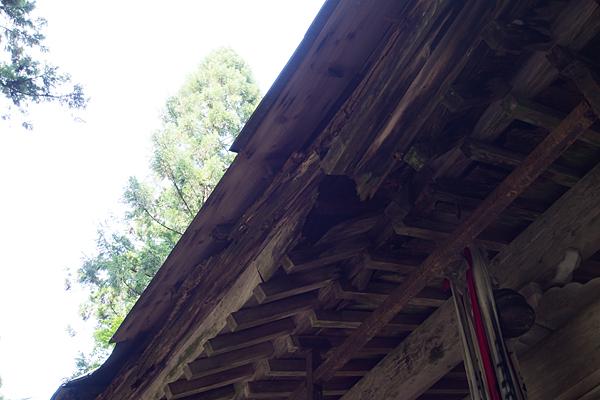 崩れそうな拝殿の屋根