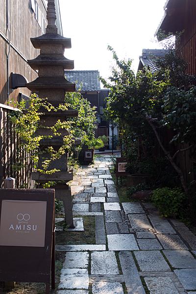 お寺の参道風の店