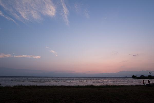 日暮れの琵琶湖畔