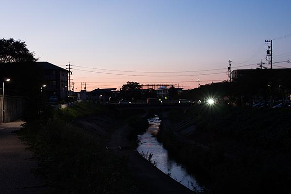 日暮れの香流川