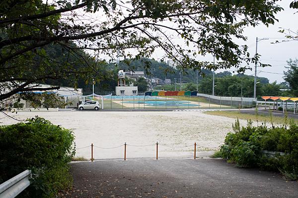 シーズンオフの市民プール