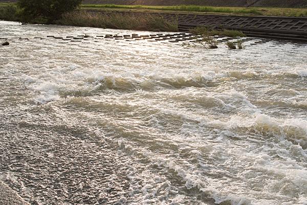 川の流れ夕照