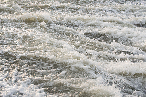 雨で増水した川の流れ