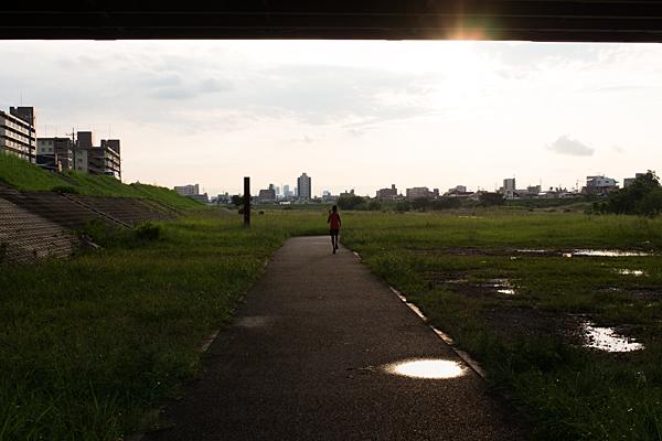 夕陽に向かって走るランナー