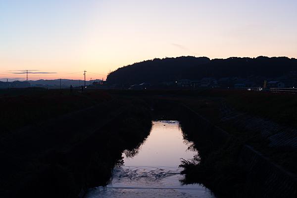 矢勝川に日は暮れる