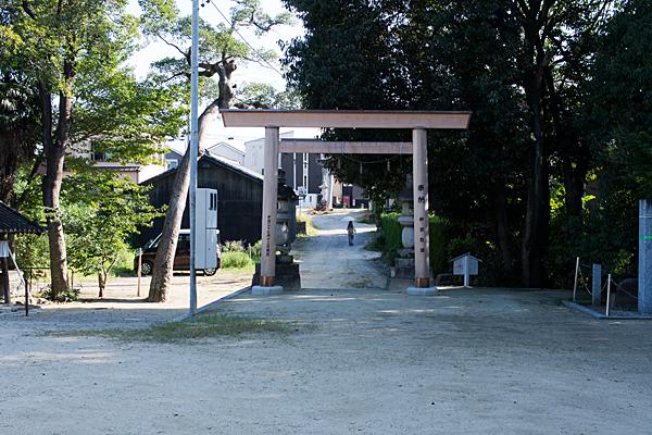 八幡神社境内と鳥居