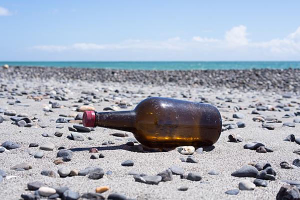 浜辺に打ち上げられた空き瓶