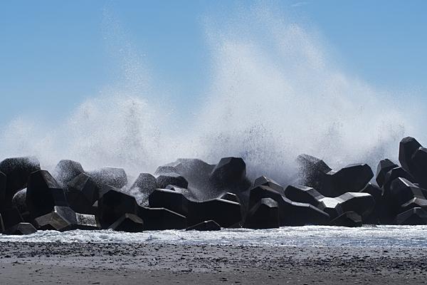 波消しブロックに打ちつける波