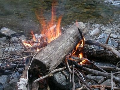 幕営地の焚火